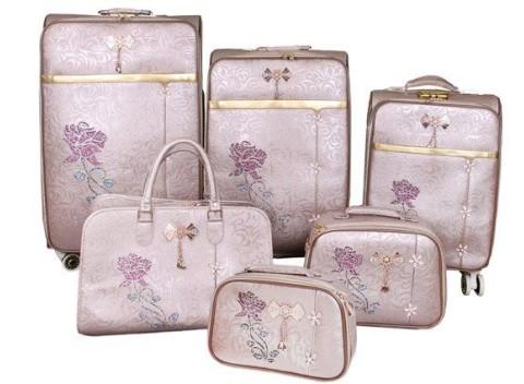 49615f943a05 Romantická sada 6 cestovných kufrov Luxi na kolieskach a so vzorom ruží.