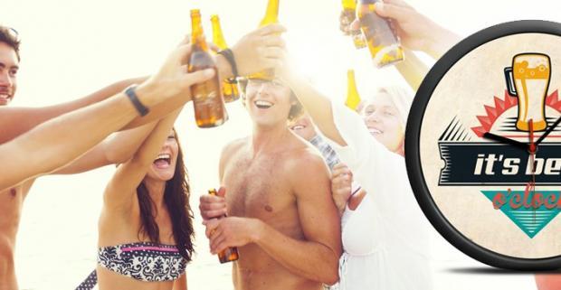 """Nástenné hodiny s motívom piva. Anglický nápis """" It´s beer o´clock"""" a motív piva vám pripomenie, že je ideálny čas na pivo."""