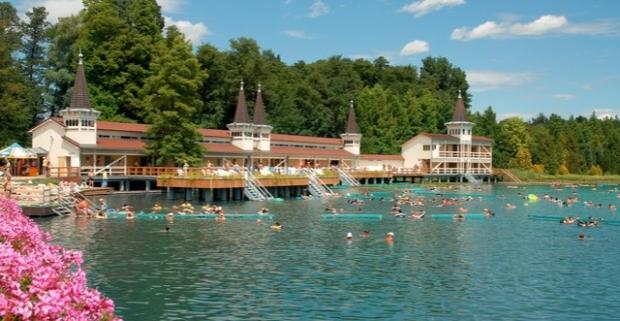 Wellness penzión Tokajer v Keszthely neďaleko brehov Balatónu a termálneho jazera v Hevíze. Užite si malebné okolie a prechádzky po brehu.