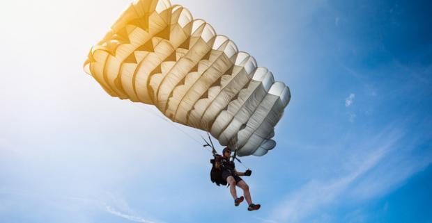 Búšenie srdca, zrýchlený tep a poriadna dávka adrenalínu. Parašutistický výcvik a odvážny zoskok bez inštruktora z výšky 1200 metrov.