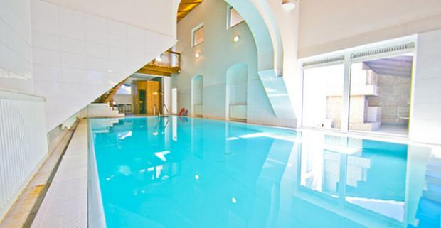 Navštívte centrum malokarpatského vinárstva. Ubytovanie v penzióne Club M.K.M v Modre s polpenziou, bowlingom, bazénom a saunou.