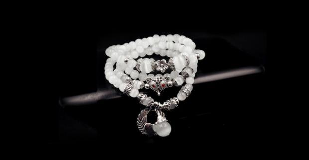 Trendy náramok z prírodných kameňov s príveskom. Vytŕčajte z davu vďaka jedinečnému šperku. Na výber máte 7 rôznych vzorov.