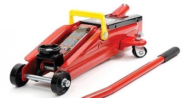Hydraulický zdvihák pevnej konštrukcie s ochranou proti preťaženiu. Praktická a spoľahlivá pomôcka pri oprave automobilov.