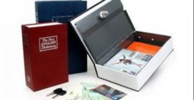 Praktický a štýlový trezor v tvare knihy, je ideálny pre uloženie peňazí, šperkov a ďalších cenností v bezpečí.