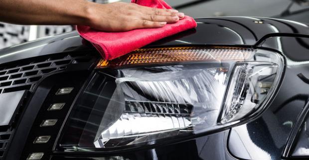 Dajte si svoje auto do parády. Ručné voskovanie karosérie vozidla s tvrdeným voskom, tepovanie, čistenie a impregnácia kože.