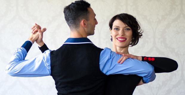 Kurz spoločenských tancov či argentínskeho tanga, 6 lekcií pre 6 párov. Vitajte v mieste kde sa snúbi príjemná hudba s elegantnými pohybmi.