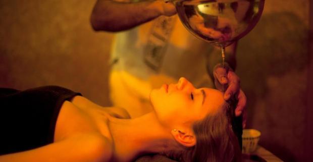 Zavrite na malú chvíľku oči a predstavte si vôňu korenia, olejov a byliniek. Načerpajte novú energiu na jednej z masáží v Sanasume.