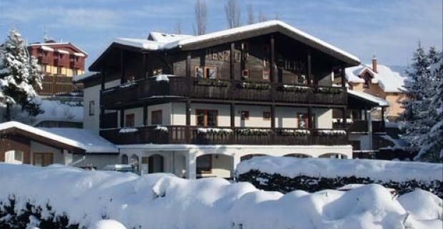 Rodinný pobyt v nádhernej zimnej krajine okolia Tatranskej Lomnice. Čaká vás výborná lyžovačka a príjemné ubytovanie v penzióne Pažický.