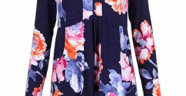 Tmavomodrá kvetovaná tunika Lizzie od britskej značky Tom Joule. Pohodlné oblečenie s romantickým kvetovaným vzorom.