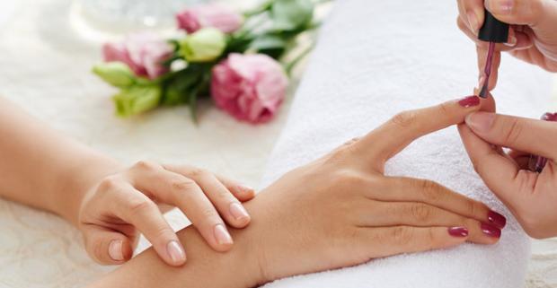 Gél lak alebo japonská manikúra - dlhá trvácnosť, vylepšenie kvality nechtu a hravé farby. O krásu vašich nechtov sa postará certifikovaná nechtová dizajnérka.