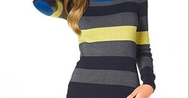 Farebný dámsky pruhovaný pulóver AjC. Elegantný vzor v kontrastných farbách s trendovými záplatami na rukávoch a okrúhlym výstrihom.