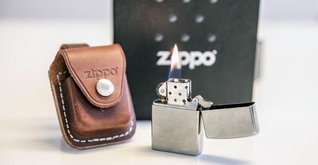 Legendárny zapaľovač Zippo aj v darčekovom balení. Zippo je vždy na správnom mieste, pripravený, honosný a spoľahlivý spoločník.