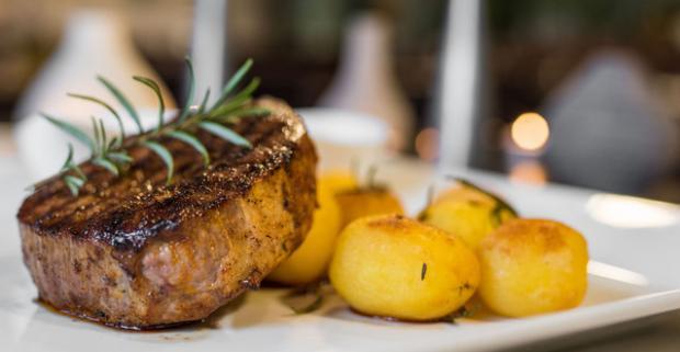 Americký iron steak, slovenské opekané zemiačky na rozmaríne a taliansky dezert panna cotta. Špeciality svetovej kuchyne v Sedmičke.