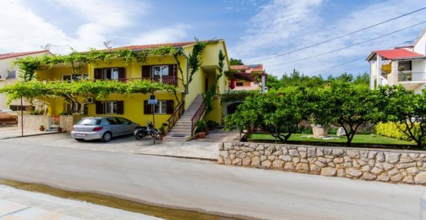Spoznajte s nami nádherný chorvátsky ostrov Hvar. Komfortné ubytovanie ideálne pre 5 osôb vám poskytnú Apartmány a Izby Anita.