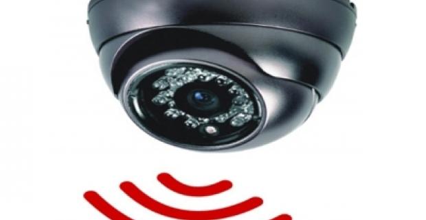 Bezpečnostná kamera, ktorá spoľahlivo ochráni váš domov. Má senzor pohybu, SD kartu aj praktické diaľkové ovládanie.