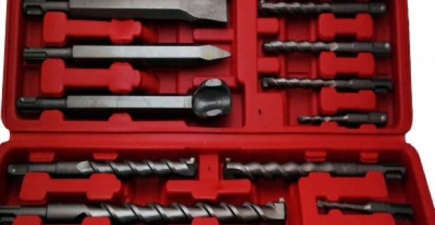 Vrtáky k príklepovej vŕtačke rôznych veľkostí v praktickom prenosnom kufri. Bodový sekáč, plochý sekáč a tvarovaný sekáč.