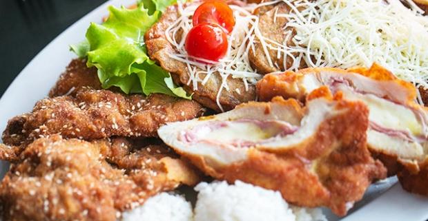 Misa plná mäsa pre 2-3 osoby. Pochutnajte si a najedzte sa do sýtosti v Red Cafe Restaurant na mise plnej mäsových dobrôt a príloh.