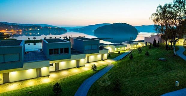 Moderný luxus a ohromujúci výhľad na horské Rožnovské jazero. Dovolenka v Lemon Resort and Spa v Poľsku s wellness a polpenziou.